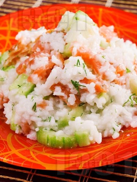 Оризова салата с пушена сьомга и краставици и дресин от зехтин и лимон - снимка на рецептата